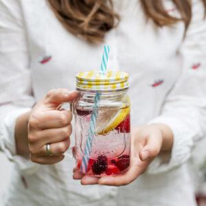 Wasserglas in den Händen