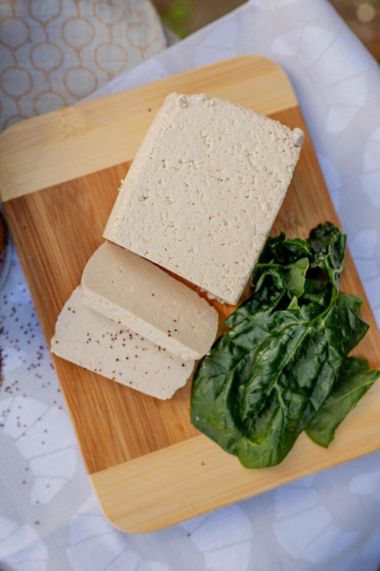 Tofu liegt auf dem Brett - Sojaprodukre