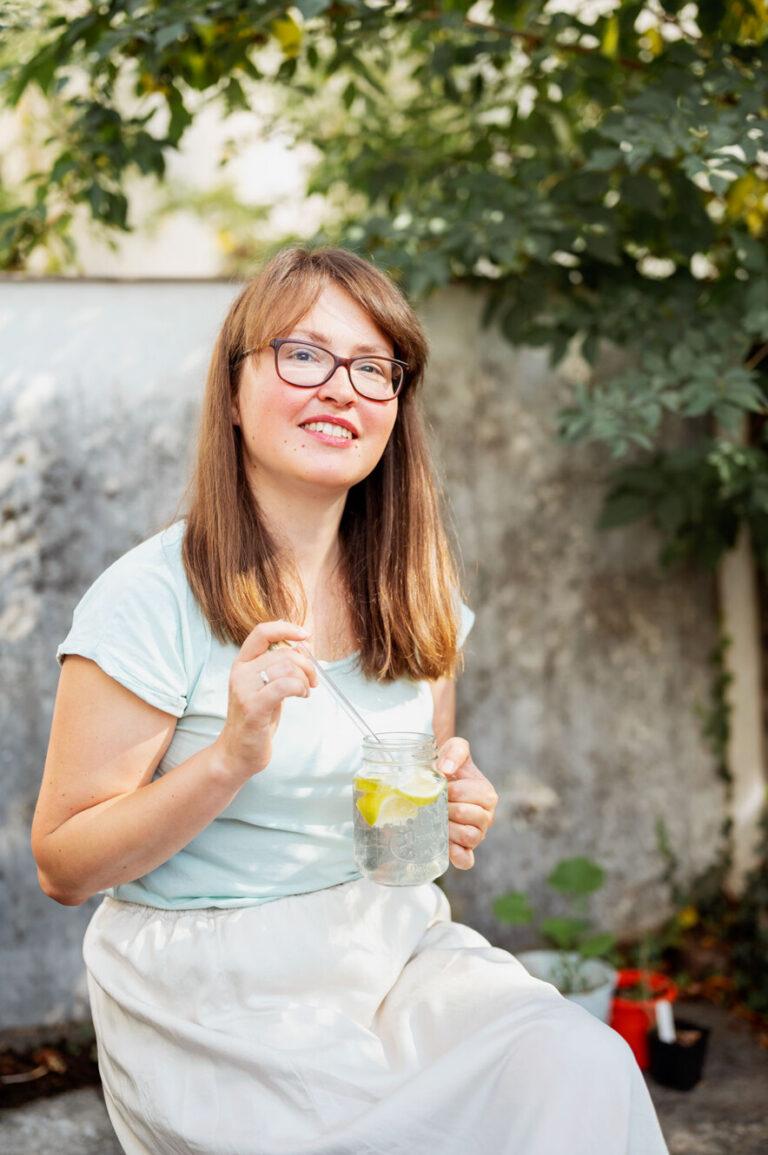 Junge Frau mit einem Glas Wasser