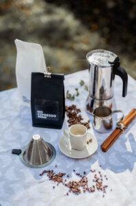 Kaffee und Kaffeetassen stehen auf dem Tisch